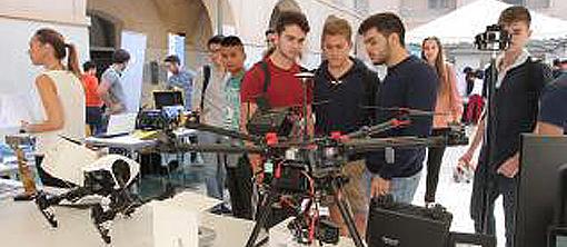 Ingenieros industriales de la UPCT muestran sus dispositivos de control remoto en la IV Jornada de Asociaciones