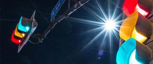 Semáforos inteligentes para reducir la contaminación gracias a la tecnología de comunicación por luz visible VLC